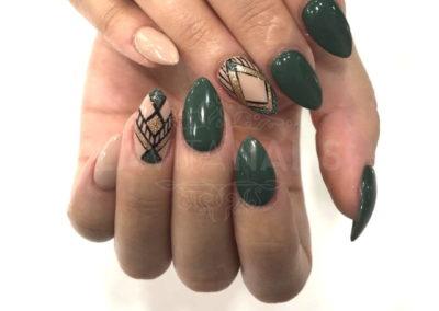 manicura-permanente-verde-detalles-dorados