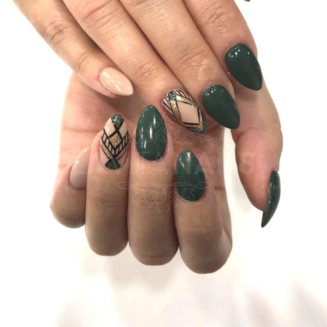 manicura nail art verde con detalles dorados