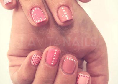 manicura-rosa-detalles-blancos
