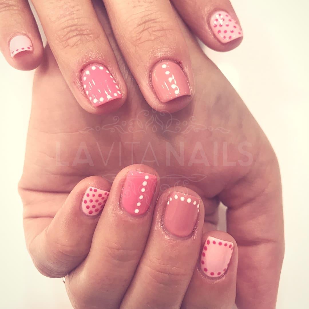 manicura nail art rosa con topos blancos