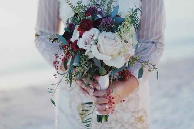 Ramo de flores y uñas para novia