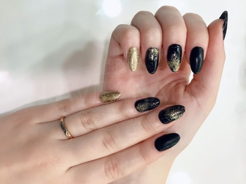 manicura-zaragoza-la-vita-nails-stiletto-negras-purpurina